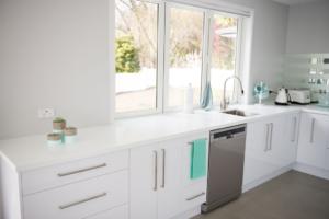 Dapur yang Didominasi Oleh Warna Putih